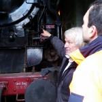 """Jürgen Nicklich in seinem Element - zeigt uns sein """"Baby"""" die 01 1104"""