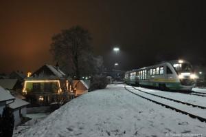 Der VT08 wartet in Schnaittenbach auf die letzten Fahrgäste